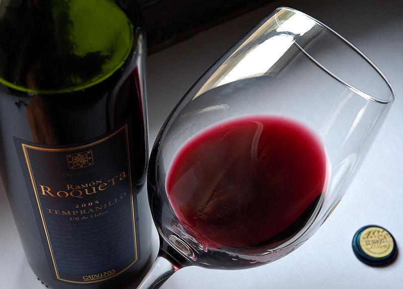 Szklanka z butelką wina
